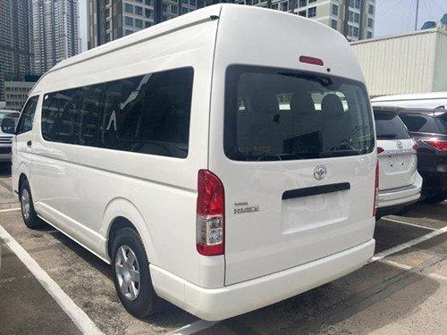 Toyota Hiace 2018 giá 1 tỉ đồng nhập khẩu Thái Lan cập bến Việt Nam - Ảnh 1.