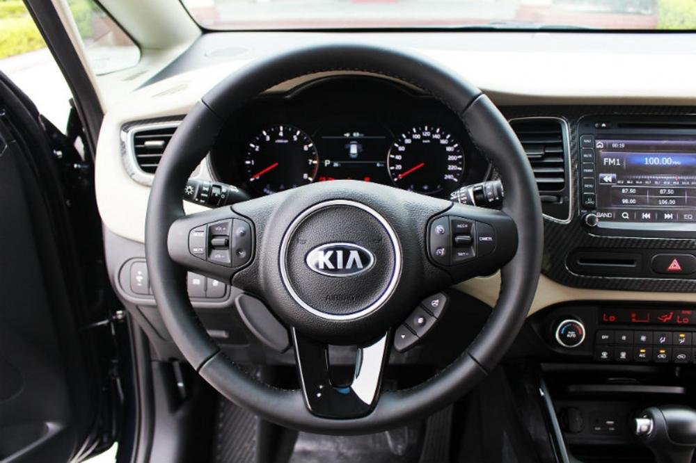 Đánh giá xe Kia Rondo 2018: Vô-lăng 3 chấu bọc da đa chức năng...