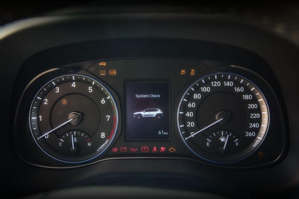 Đánh giá xe Hyundai Kona 2019 1.6 Turbo: Đồng hồ lái 1