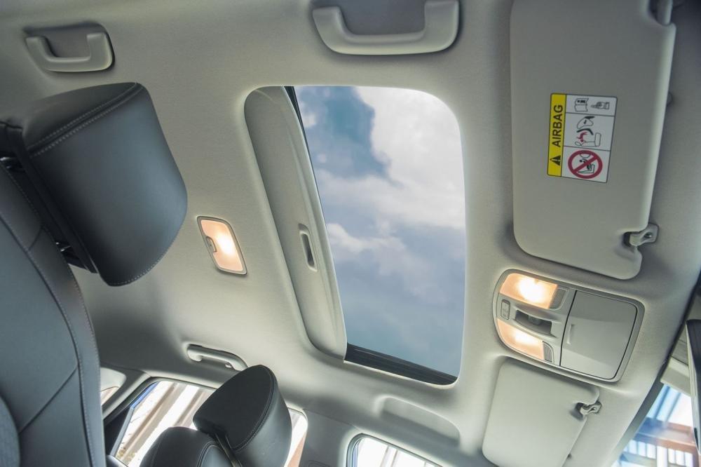 Đánh giá xe Hyundai Kona 2019 1.6 Turbo: Cửa sổ trời toàn cảnh 1