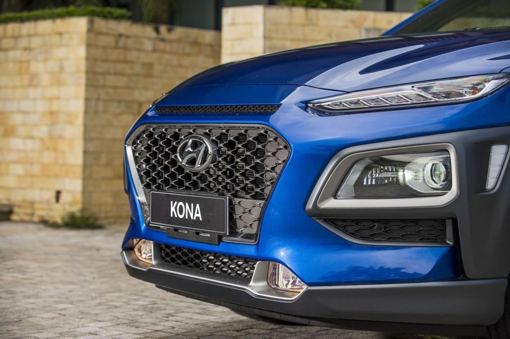 Đánh giá xe Hyundai Kona 2019 1.6 Turbo: Lưới tản nhiệt hình lục giác mạ crom 1