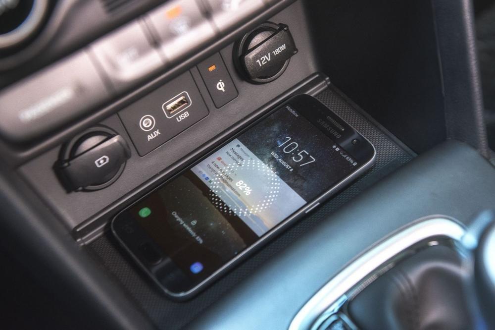Đánh giá xe Hyundai Kona 2019 1.6 Turbo: Sạc không dây Qi 1