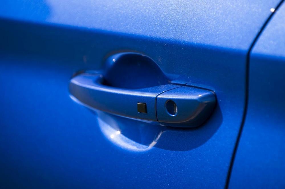 Đánh giá xe Hyundai Kona 2019 1.6 Turbo: Tay nắm cửa đồng màu với thân xe 1