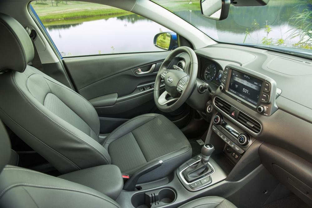 Đánh giá xe Hyundai Kona 2019 1.6 Turbo: Thiết kế hàng ghế trước 1