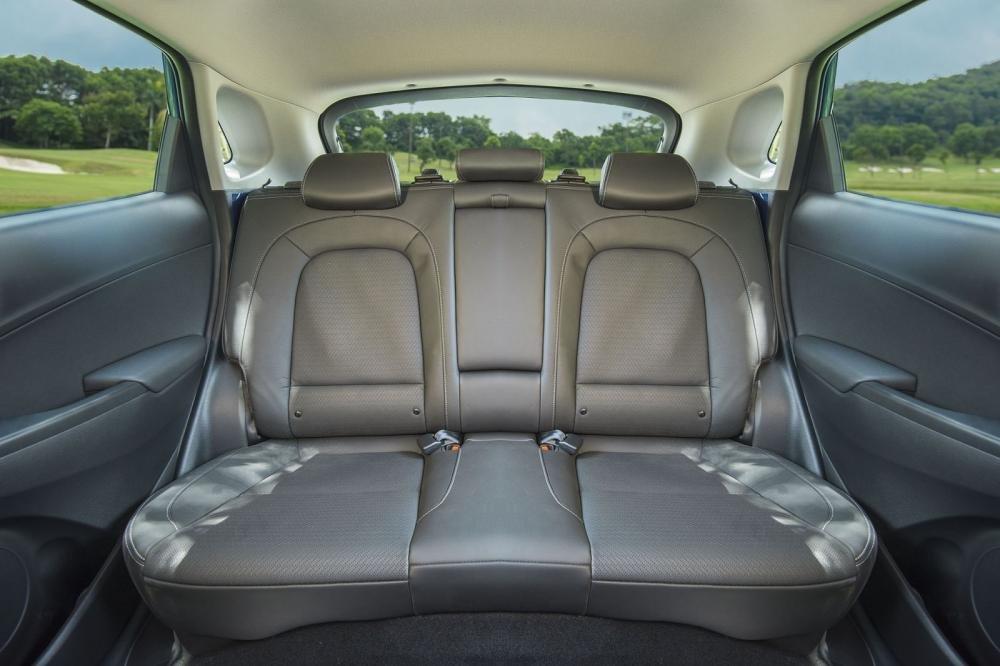 Đánh giá xe Hyundai Kona 2019 1.6 Turbo: Thiết kế hàng ghế sau 1
