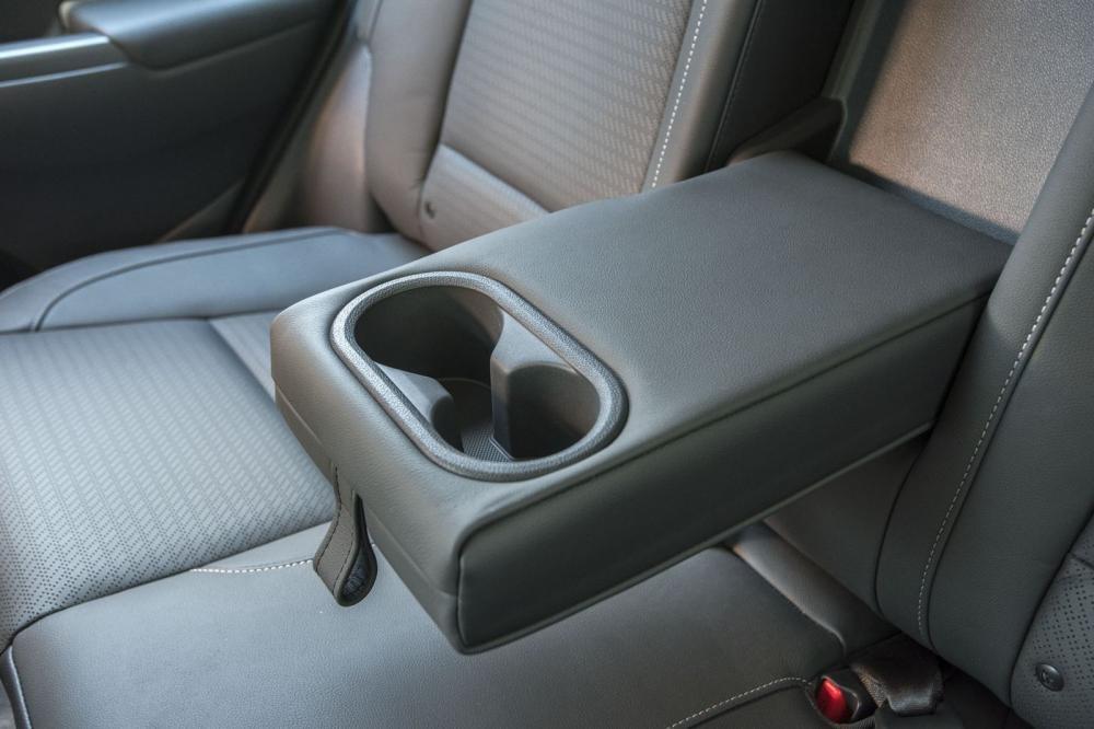 Đánh giá xe Hyundai Kona 2019 1.6 Turbo: Bệ tỳ tay kết hợp ly để cốc 1