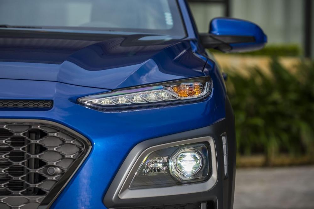 Đánh giá xe Hyundai Kona 2019 1.6 Turbo: Đèn xi-nhan (trên) và đèn pha/cos (dưới) 1