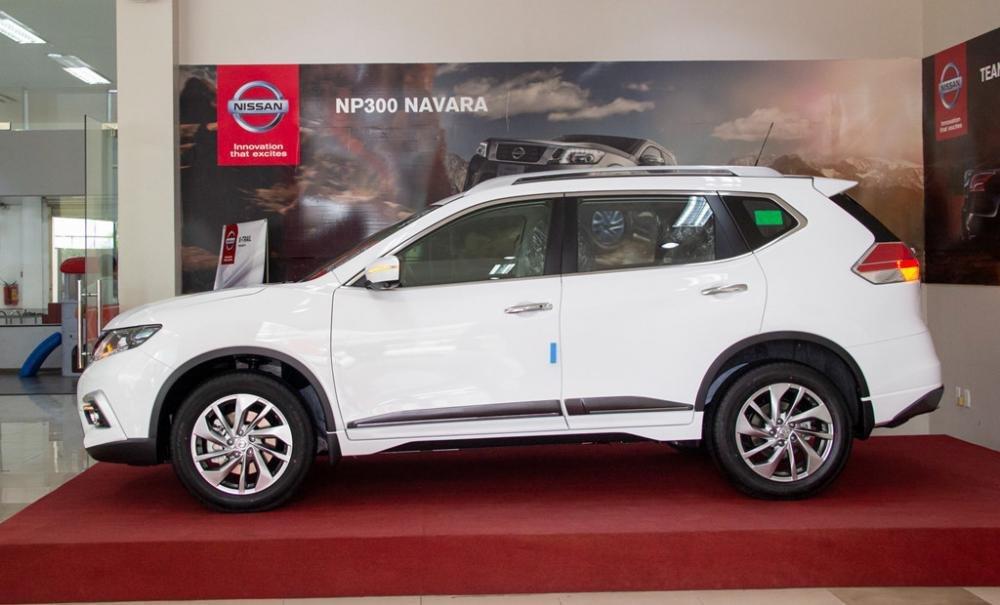 Đánh giá xe Nissan X-Trail V-series 2019: Tay nắm cửa trên thân xe mạ crom a1