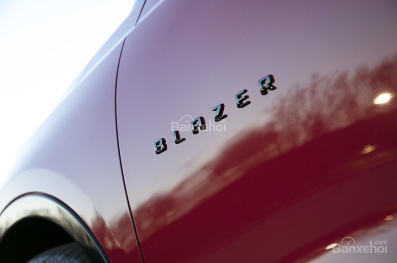 Đánh giá xe Chevrolet Blazer 2019: Tên xe gắn trên cửa, gần hốc bánh xe trước...