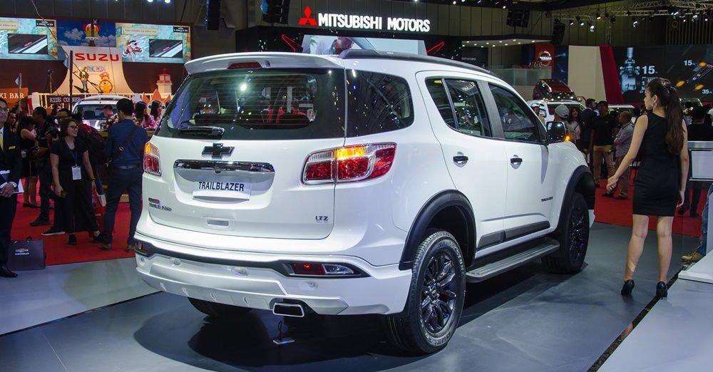 So sánh xe Ford Everest 2019 và Chevrolet Trailblazer 2018 về đuôi xe.
