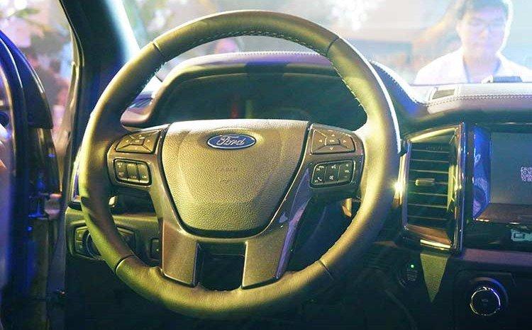 So sánh xe Ford Everest 2019 và Chevrolet Trailblazer 2018 về táp-lô.
