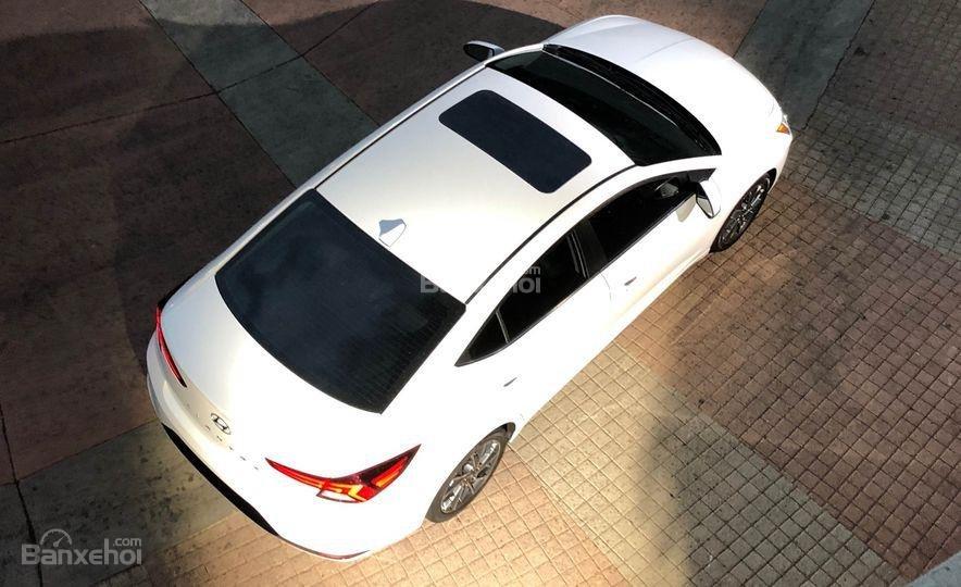 Đánh giá xe Hyundai Elantra 2019: Nóc xe.