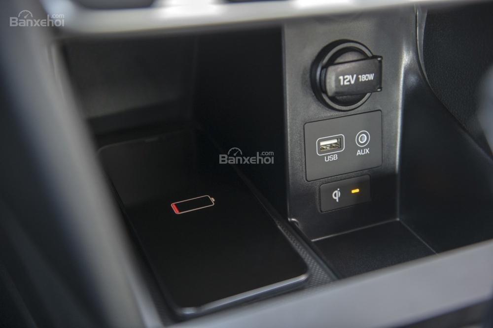 Đánh giá xe Hyundai Elantra 2019: Sạc không dây.