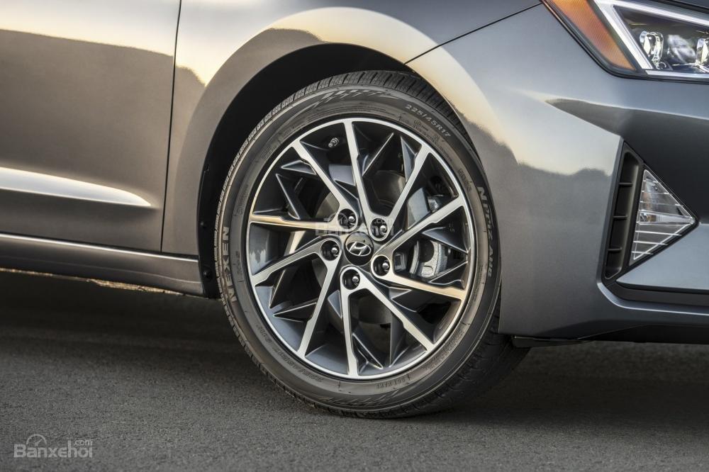 Đánh giá xe Hyundai Elantra 2019: Mâm xe.