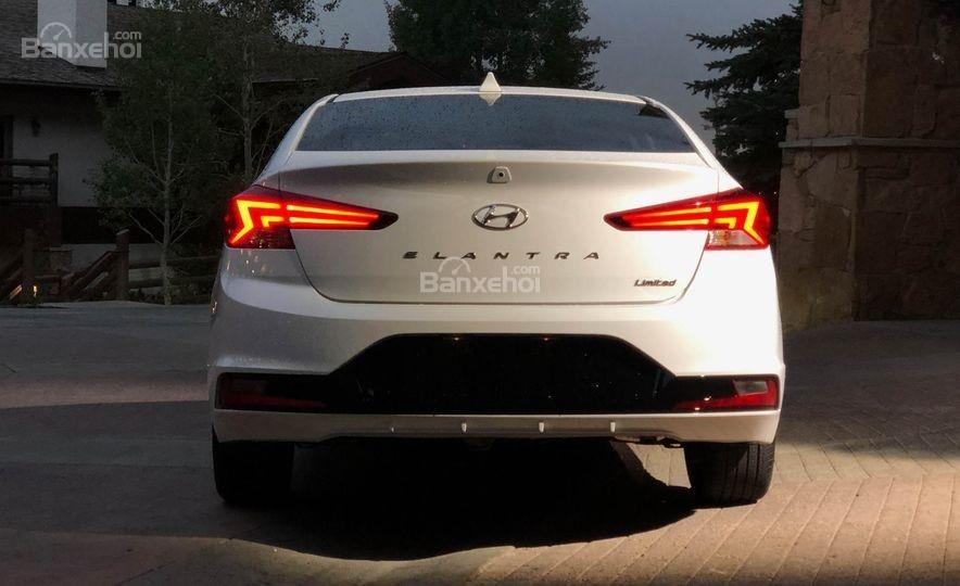 Đánh giá xe Hyundai Elantra 2019: Đuôi xe nhìn chính diện.