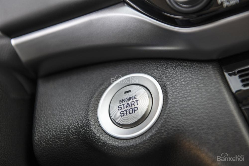 Đánh giá xe Hyundai Elantra 2019: Nút khởi động.