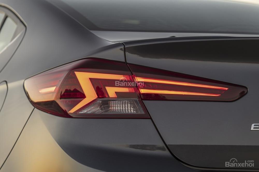 Đánh giá xe Hyundai Elantra 2019: Đèn hậu.