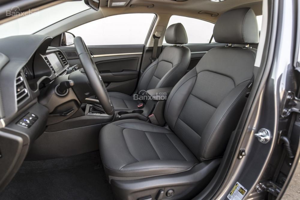 Đánh giá xe Hyundai Elantra 2019: Hàng ghế trước.