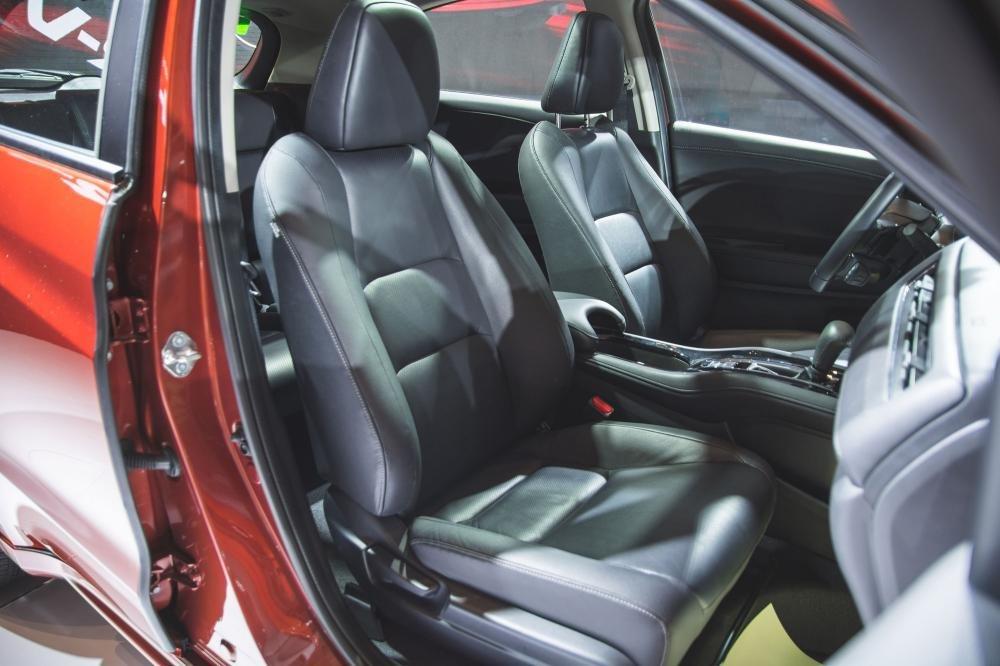 Đánh giá xe Honda HR-V 2019 L: Hàng ghế trước 1