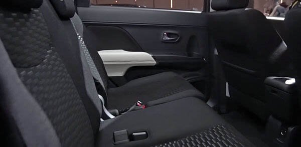 So sánh xe Toyota Rush và Toyota Avanza về ghế ngồi.