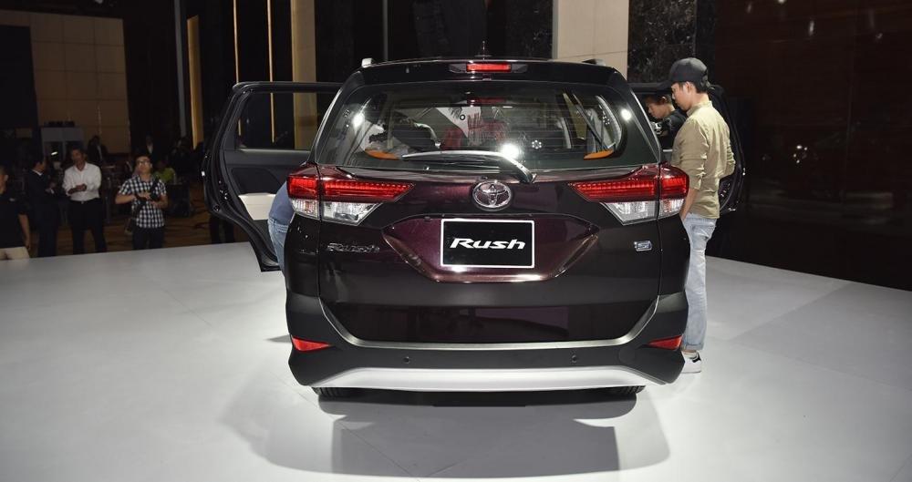 So sánh Mitsubishi Xpander và Toyota Avanza về đuôi xe.