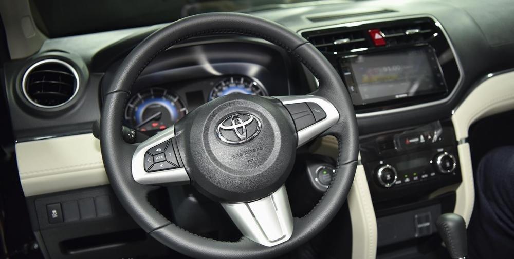 So sánh xe Toyota Rush và Toyota Avanza về táp-lô và vô-lăng.