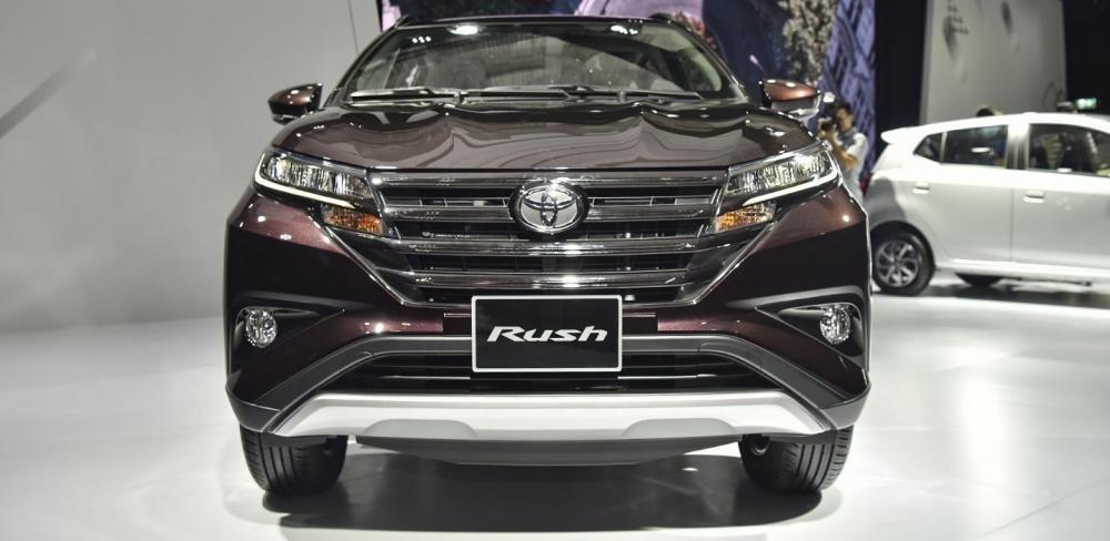So sánh Mitsubishi Xpander và Toyota Avanza về đầu xe.