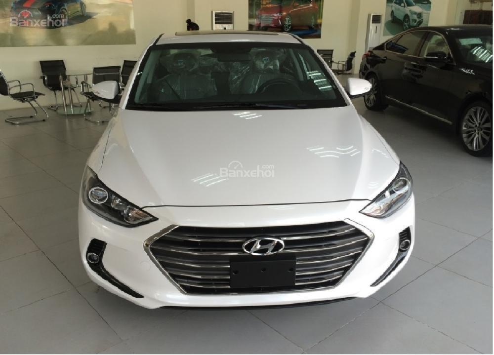 Bán xe Hyundai Elantra 2018, 1.6 số sàn, màu trắng, hỗ trợ vay 90%, giao ngay-0