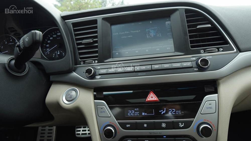 Bán xe Hyundai Elantra 2018, 1.6 số sàn, màu trắng, hỗ trợ vay 90%, giao ngay-1
