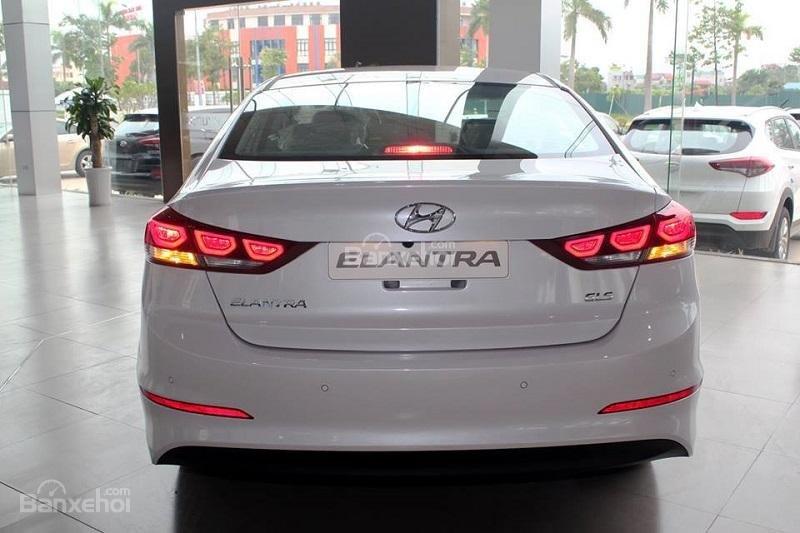 Bán xe Hyundai Elantra 2018, 1.6 số sàn, màu trắng, hỗ trợ vay 90%, giao ngay-6