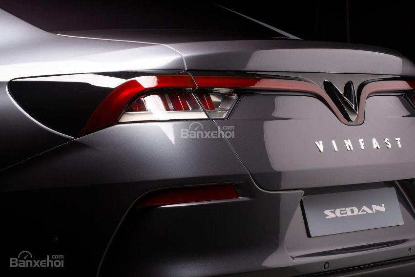 Đánh giá xe VinFast LUX A2.0: Logo đuôi xe.