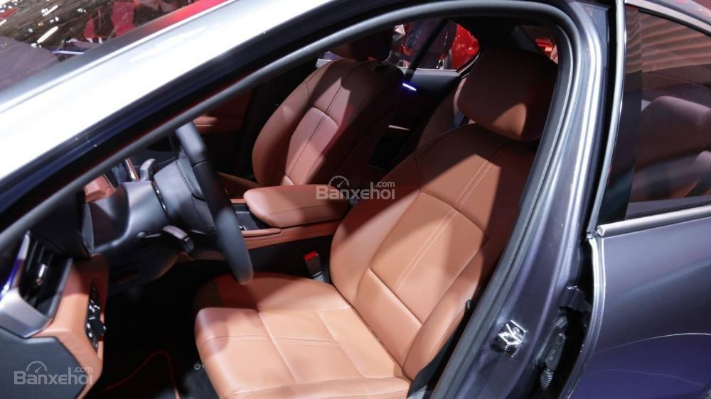 Đánh giá xe VinFast LUX A2.0: Hàng ghế trước.