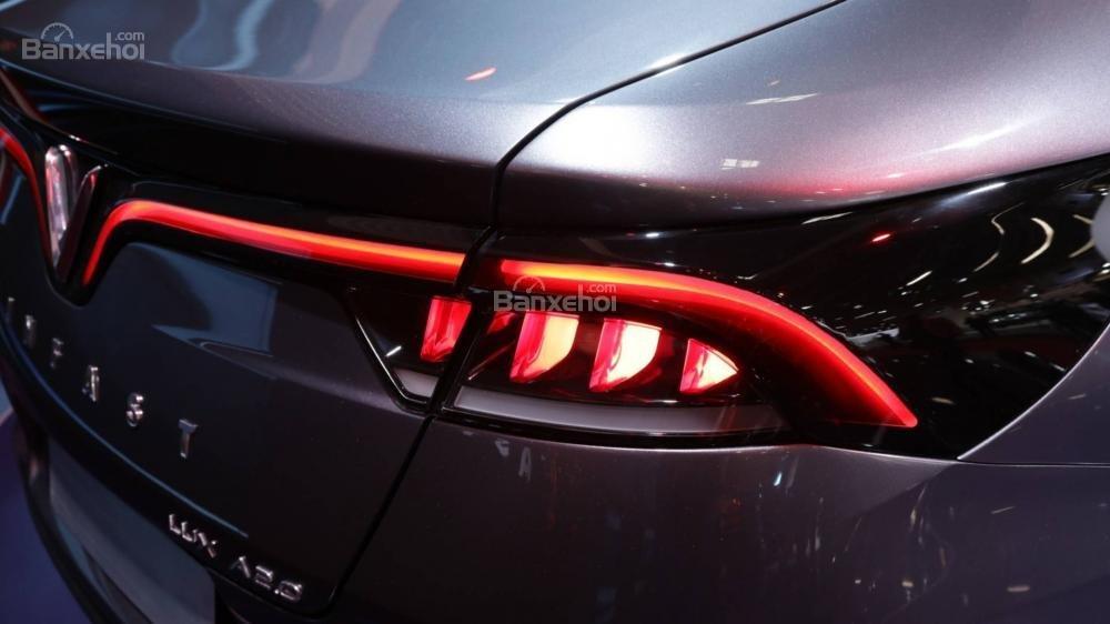Đánh giá xe VinFast LUX A2.0: Đèn hậu.