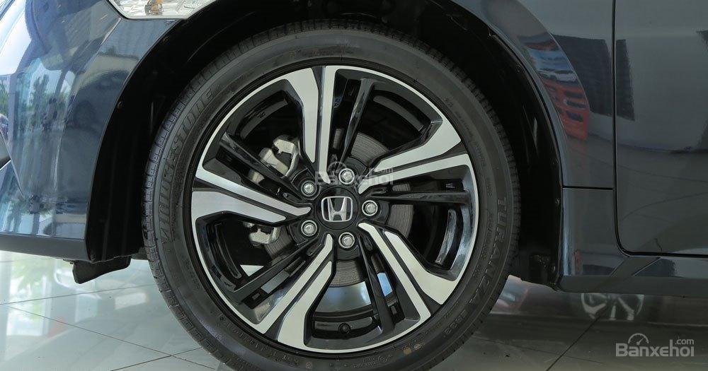 Honda Civic 1.5L và Toyota Corolla Altis Sport 7