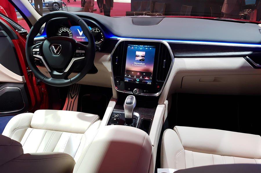Đánh giá xe VinFast LUX SA2.0 về trang bị tiện ích