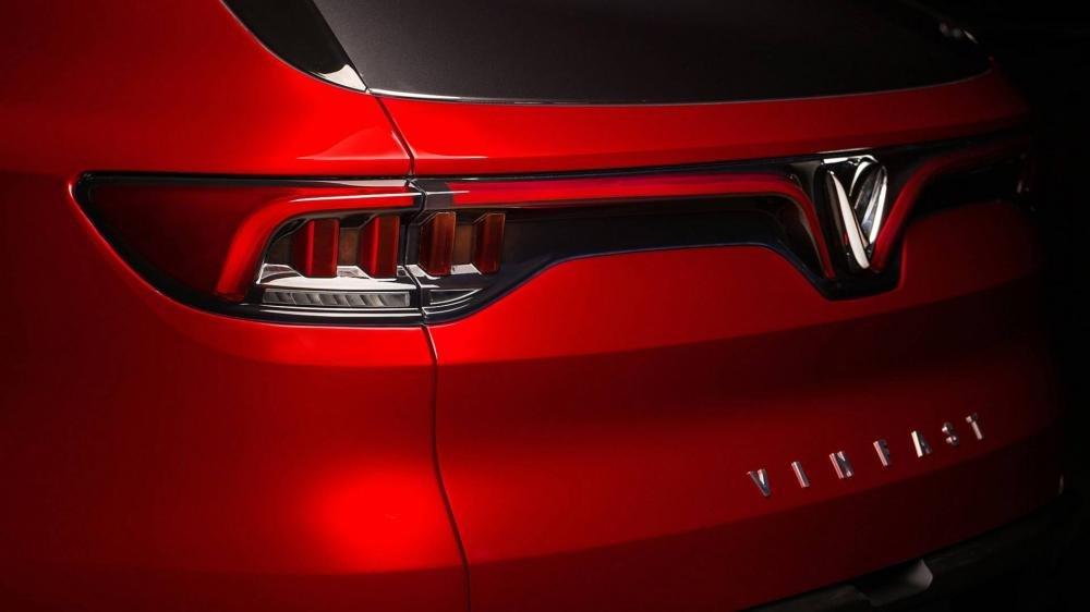 Đánh giá xe VinFast LUX SA2.0: Logo V kép ấn tượng..