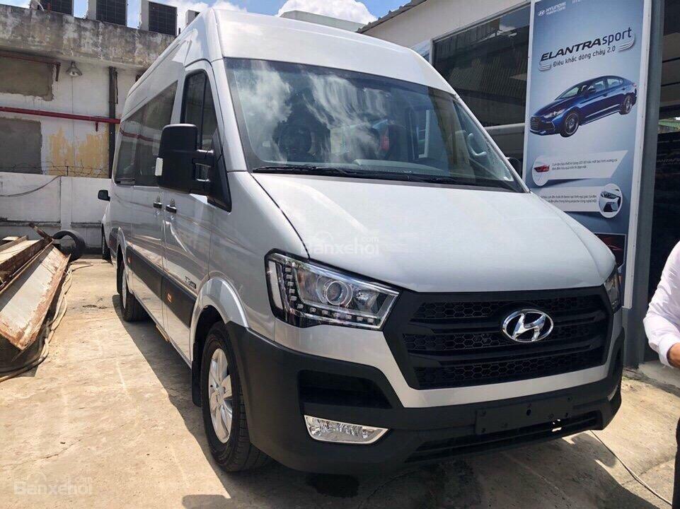 Đánh giá xe Hyundai Solati 2019: Lưới tản nhiệt hình thang 1