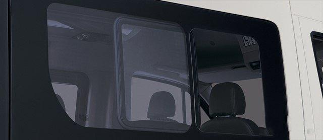 Đánh giá xe Hyundai Solati 2019: Khung kính cửa sổ 1