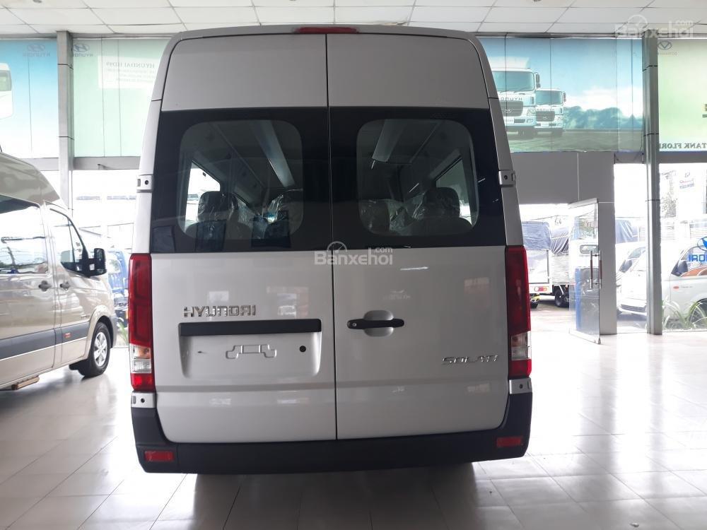 Đánh giá xe Hyundai Solati 2019 về thiết kế đuôi xe a1