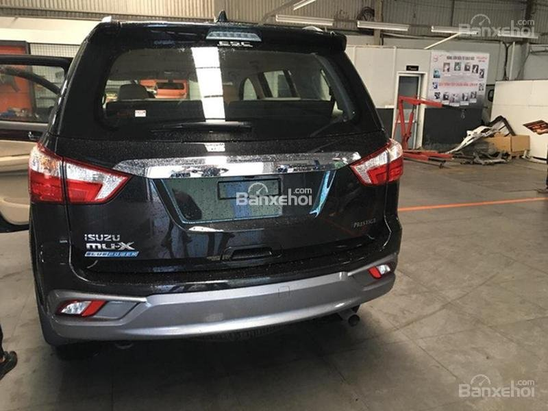 Đánh giá xe Isuzu mu-X 2019: Đuôi xe.