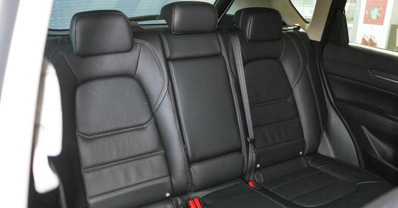 So sánh xe Mazda CX-5 2018 và Honda HR-V 2018 về ghế ngồi 5