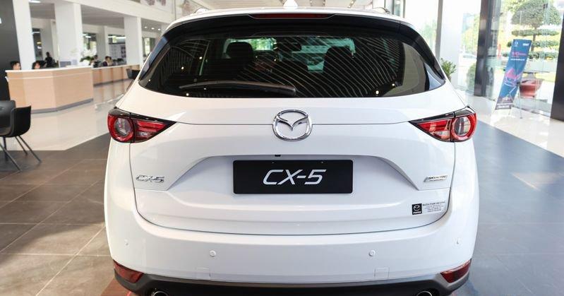 So sánh xe Mazda CX-5 2018 và Honda HR-V 2018 về đuôi xe.