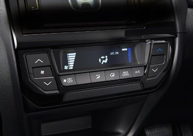 Các nút bấm điều khiển chức năng của Honda Brio 2019 được sắp xếp khoa học, dễ thao tác a2