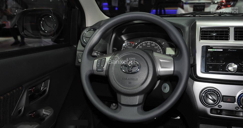 So sánh xe Honda Brio 2018 và Toyota Wigo 2018 về vô-lăng.