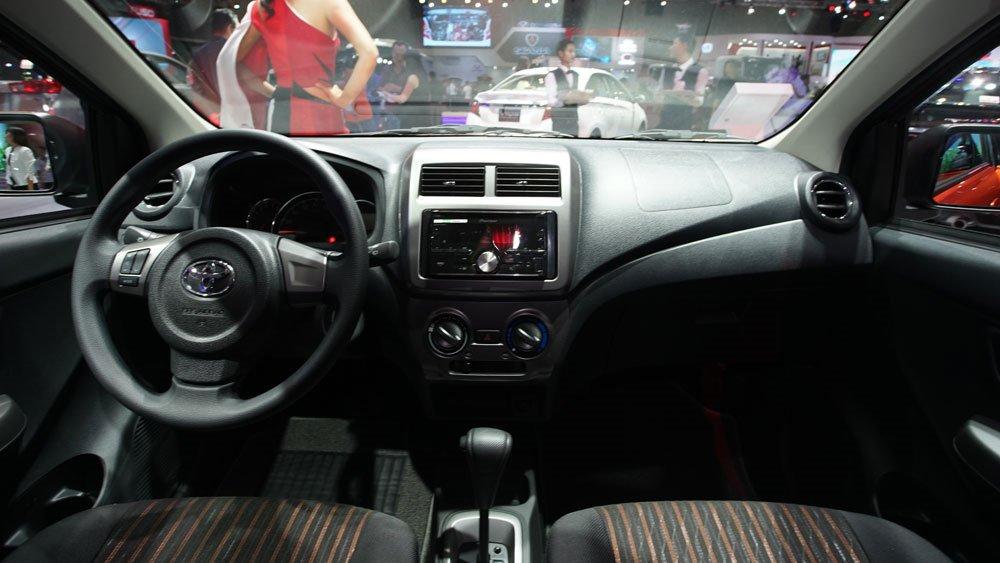 So sánh xe Honda Brio 2018 và Toyota Wigo 2018 về nội thất.