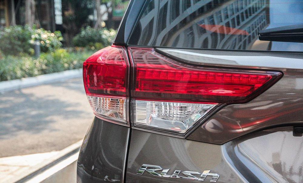 So sánh xe Hyundai Kona 2019 và Toyota Rush 2019 về đuôi xe 4