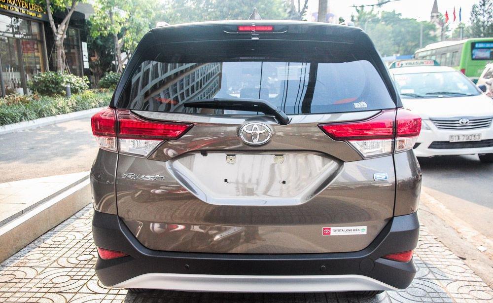 So sánh xe Hyundai Kona 2019 và Toyota Rush 2019 về đuôi xe.