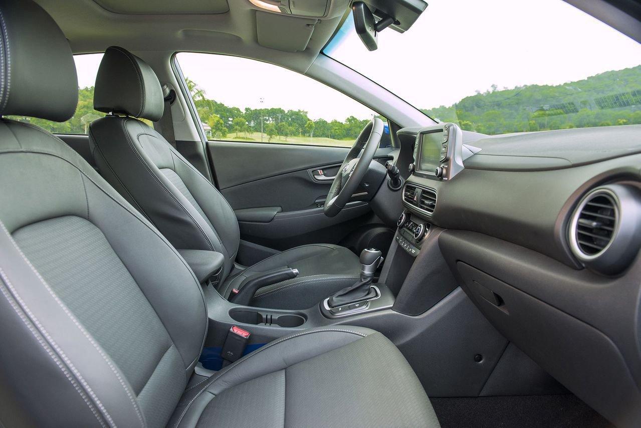 So sánh xe Hyundai Kona 2019 và Toyota Rush 2019 về ghế ngồi.