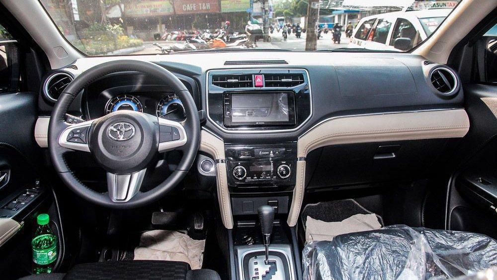 Hyundai Kona có không gian thoải mái hơn Toyota Rush một chút  3