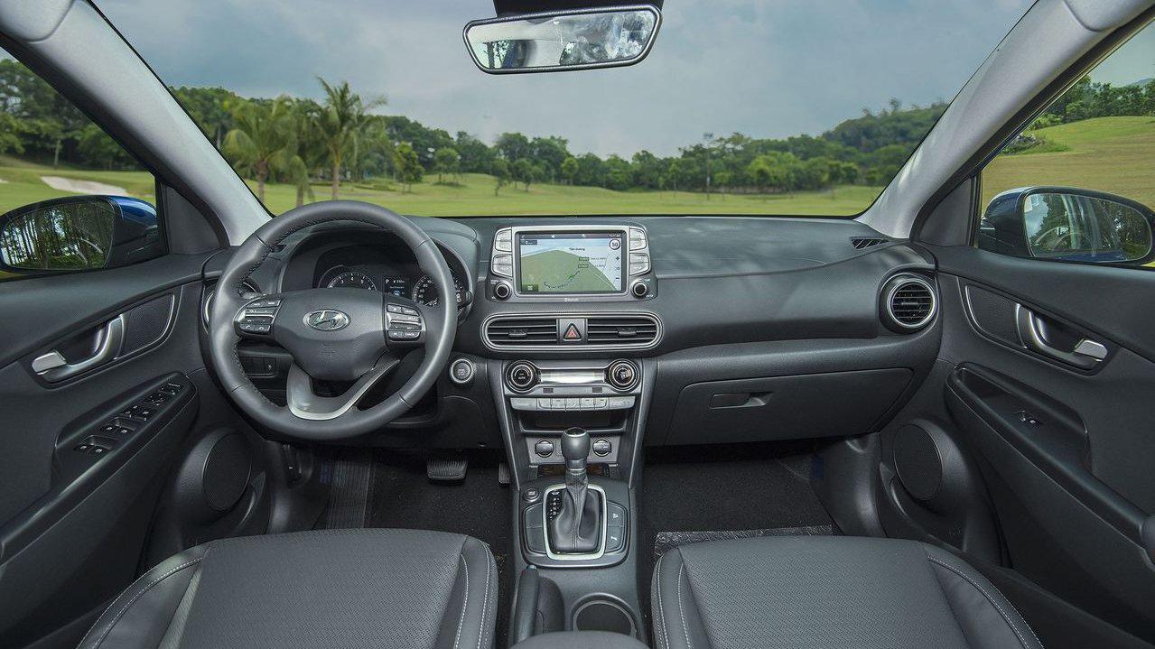 Hyundai Kona có không gian thoải mái hơn Toyota Rush một chút.